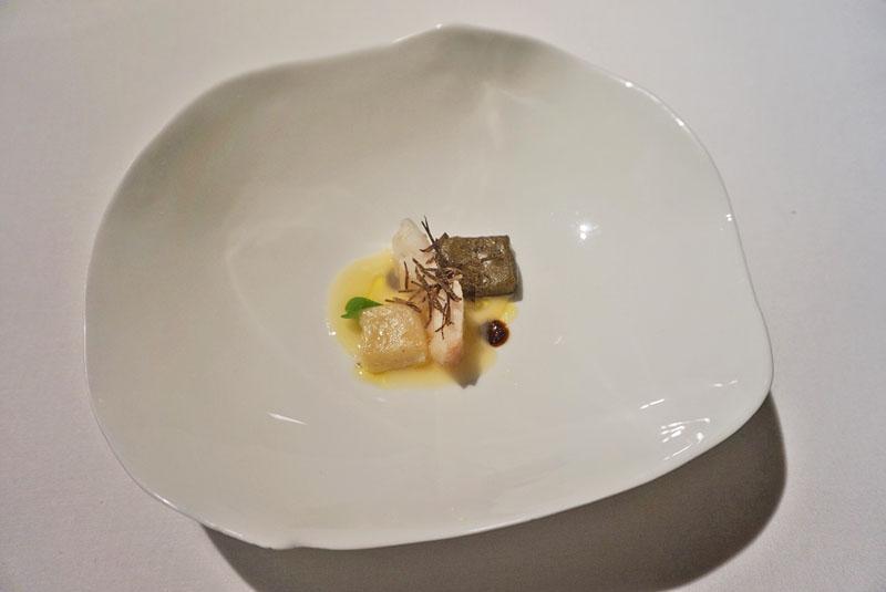 Ravioli de piel de lenguado relleno de tupinambo y salsifíes a la meunière. Menú Degustación Festival 2018 de El Celler de Can Roca.