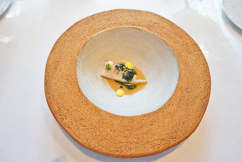 menu 2019 el celler de can roca restaurante Salmonete al vapor relleno de algas y anémonas con un suquet ligero