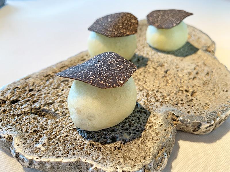 menu 2020 el celler de can roca entrantes Brioche de trufa cocinado al vapor relleno de mayonesa de trufa de la ValldeLlémena