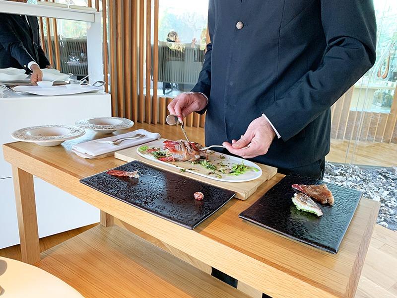 menu degustación 2020 el celler de can roca Cabracho al vapor relleno de algas y anémonas con un típico suquet catalán ligero y terminado con un aceite hecho con un poco perifollo.