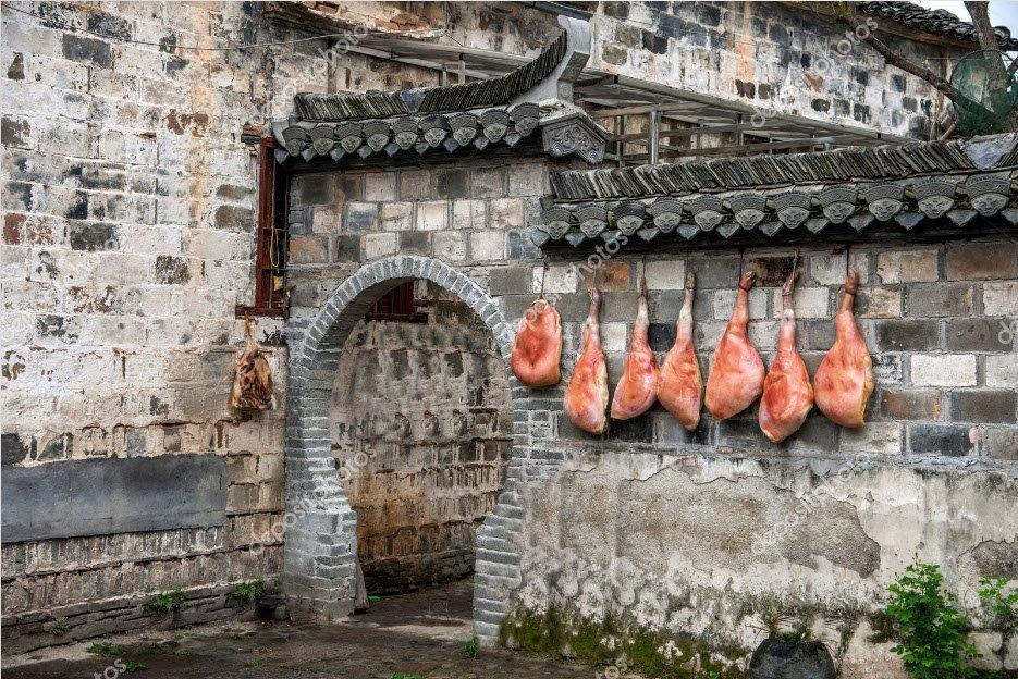 Pueblo de Hongcun, Condado de Yixian en Anhui, secando el Jamón de Cerdo.