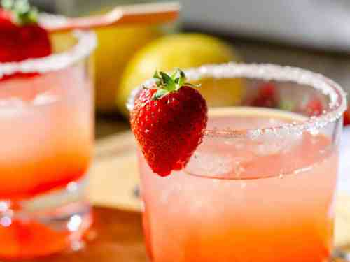 Low carb strawberry lemonade cocktail