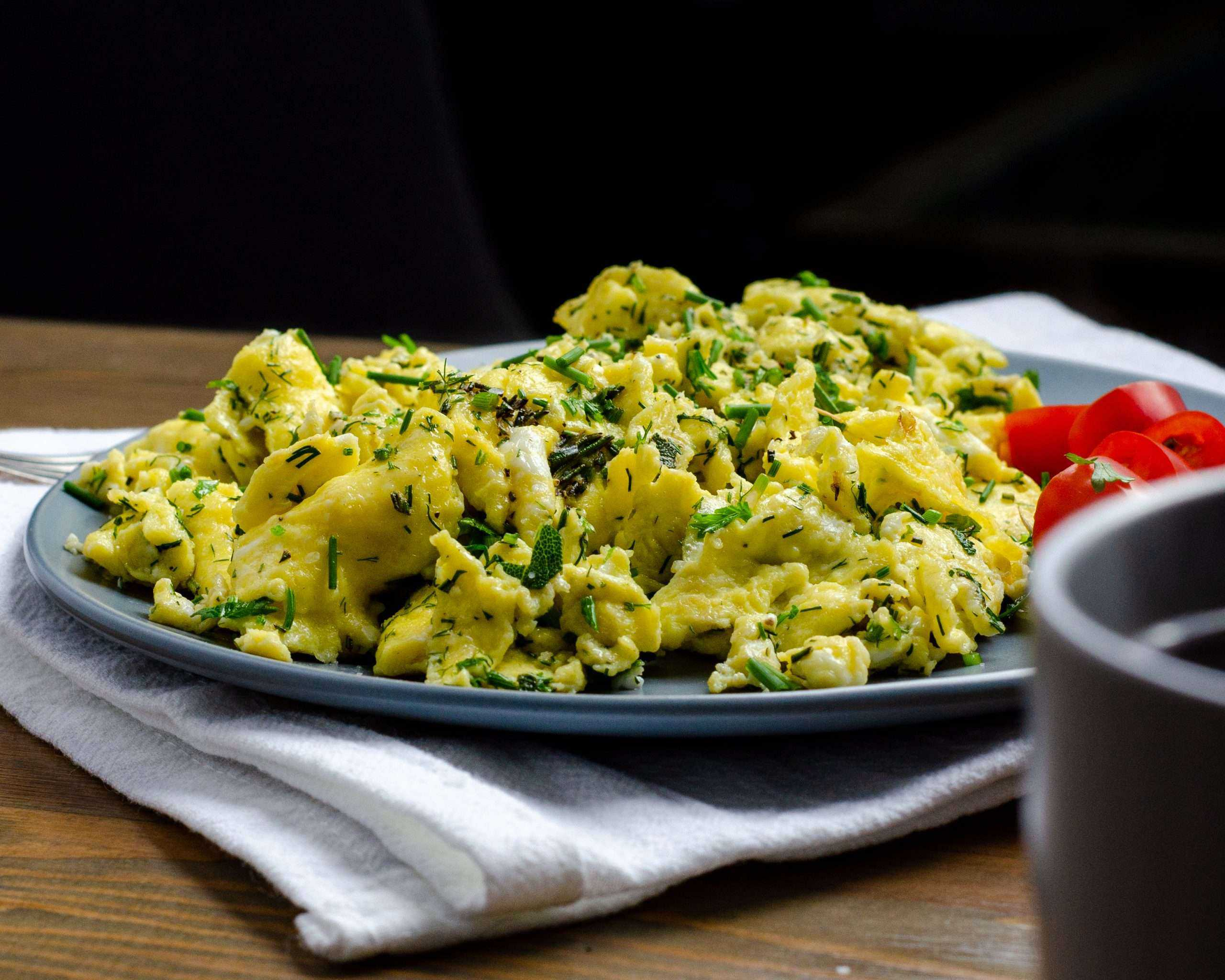 Flavourfull Herby Scrambled Eggs with coffee and tomatoes