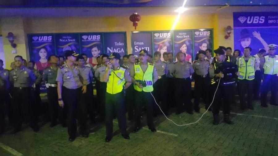 Kapolres Tanjung Perak, AKBP Takdir Mattanete saat memimpin apel Patroli Blue Silver. Image by Facebook Polisi Jatim