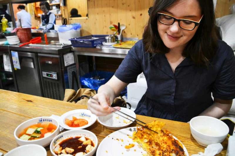 Photo de l'auteure du blog culinaire Yun's Small Kitchen en train de manger dans un restaurant coréen, à propos du blog Yun's Small Kitchen
