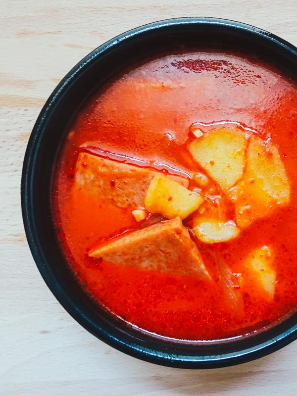 Recette du Spam Potato Jjigae, coupe coréenne épicée au spam et à la patate