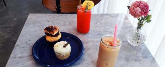 Cupcakes et boissons sur une table en marbre, café Creamfields à Séoul, Corée du Sud