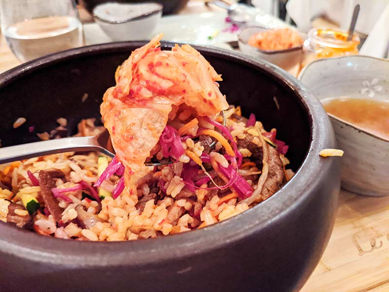 bibimbap de boeuf mélangé avec kimchi chez le gout de kyun à lyon