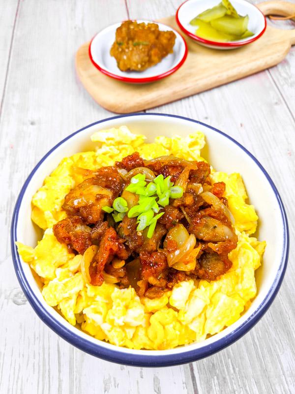 chibap, bibimbap de poulet frit avec riz oeuf et poulet frit
