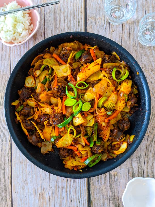 sundae bokkeum, saute de saucisses coreennes aux legumes a la sauce piquante