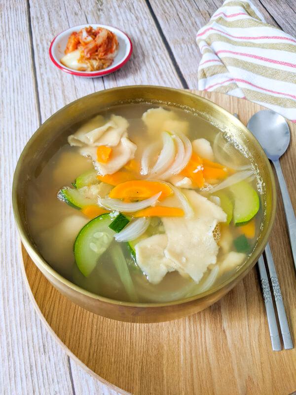 sujebi, soupe de pâtes déchirées à la main coréenne