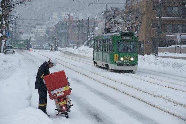 雪道のバイクタイヤはスパイクとチェーンどっち?雪の頻度で決めろ!