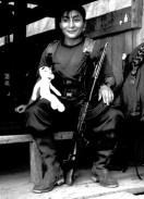 Yuri Martins Fontes / Colômbia-2001 / San Vicente de Caguán-Los Pozos: Bicho de pelúcia e fuzil Kalashnikov / Dormitório de guerrilheiros das FARC-EP