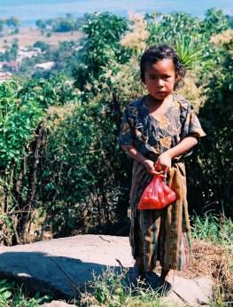 Yuri Martins Fontes / Guatemala-2002 / Atitlán: Criança em vestes típicas maias