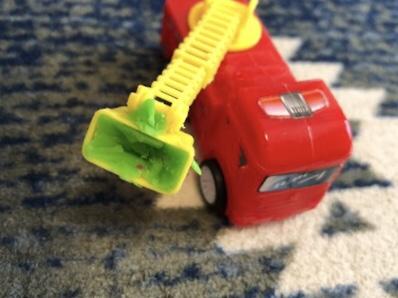 粘土を詰めてしまった消防車のおもちゃ