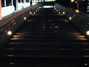 UDXへの歩道橋
