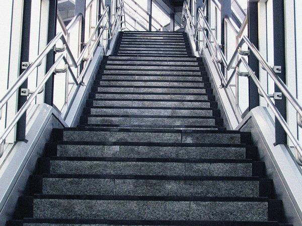 駅への階段