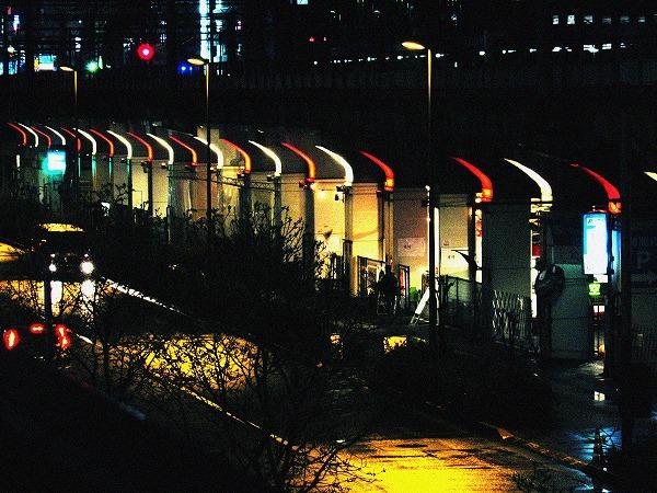赤と白の街灯