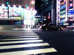 走る車と待つタクシー