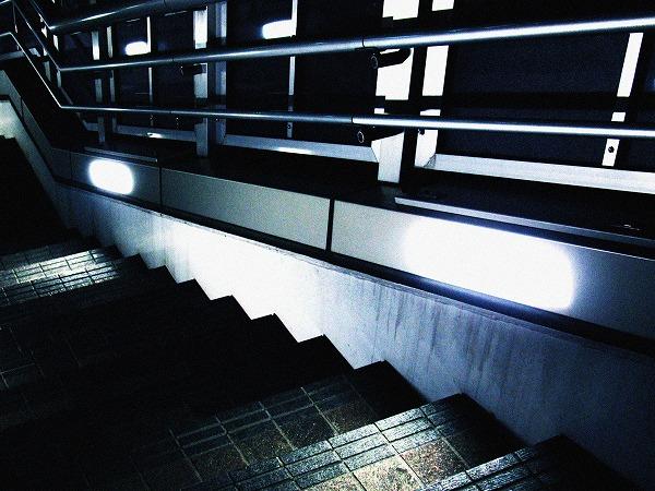 浜松町の歩道橋の階段のライト