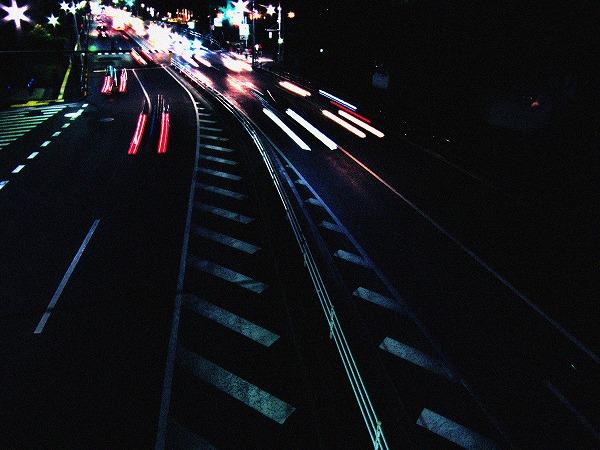 走る車の閃光