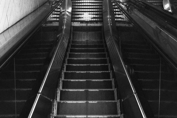 駅構内のエスカレーター
