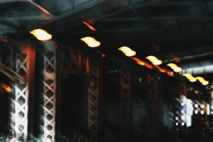 ガード下のライト