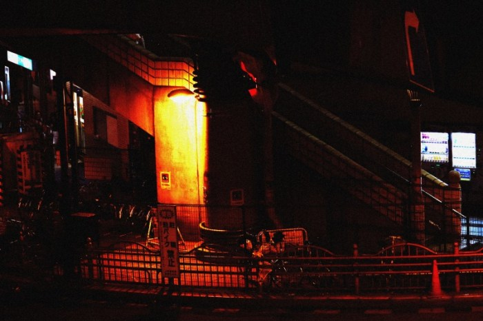 歩道橋の下のライト