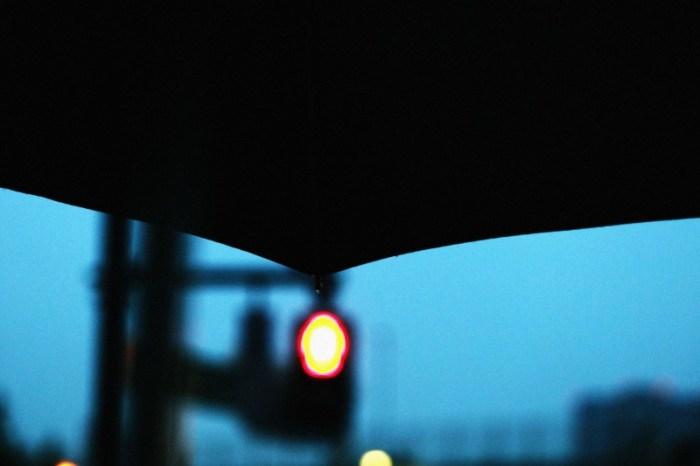 傘と赤信号