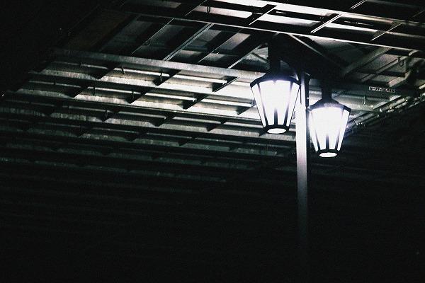 橋の下の街灯
