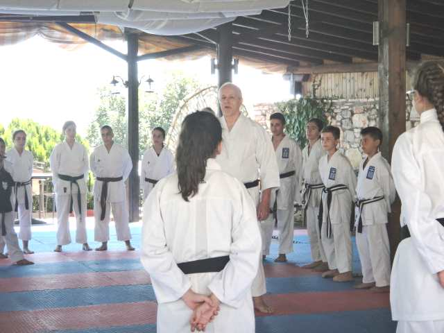 Ο δάσκαλος του dojo διδάσκει JKA Καράτε μιλά στα παιδιά του ΓΑΣ Ολύμπιος Μαχητής για θέματα που άπτονται του Budo Καράτε.