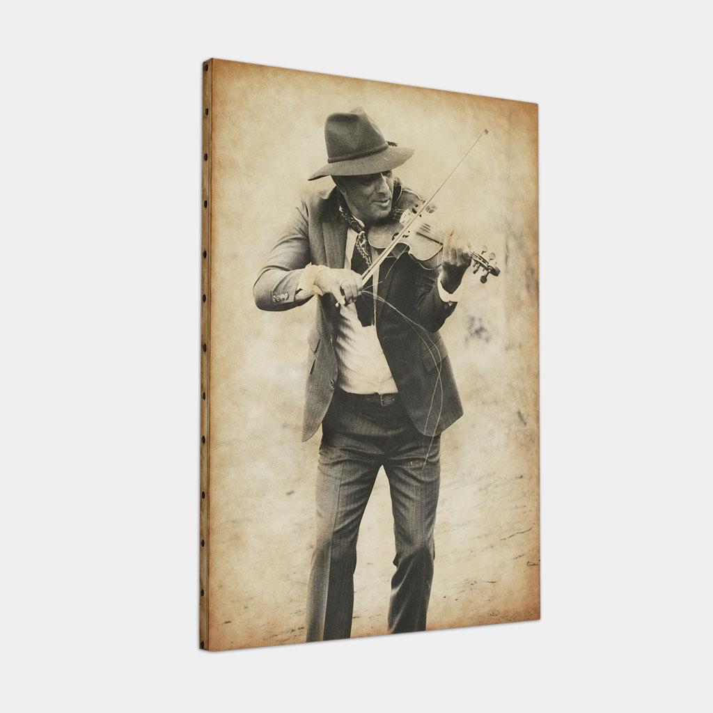 バイオリニストのカリウの写真 (斜め)