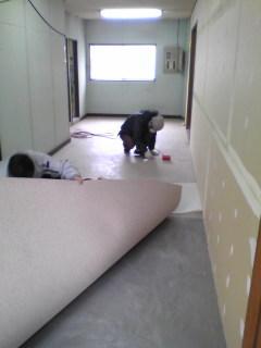 床貼ってます廊下だね
