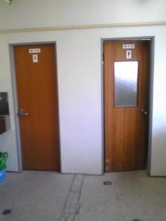女子トイレは採光窓無