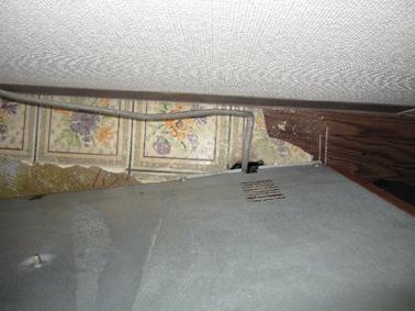 暖房機撤去のためクッションフロアを補修します。