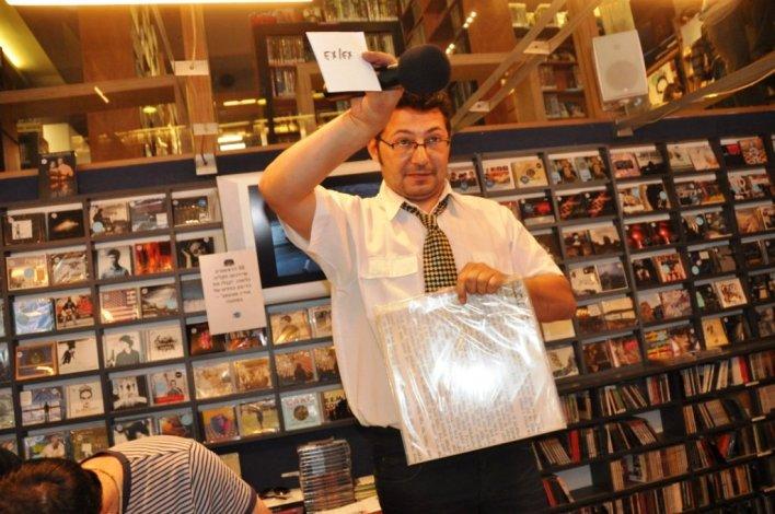 לאון פלדמן מנהל את המכירה הפומבית. צילום יובל אראל