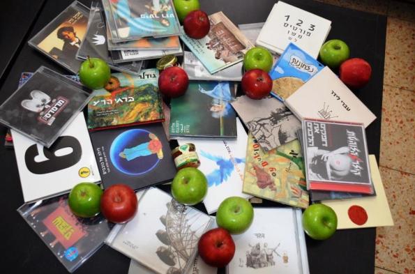 """מתנות ששדרני רדיו מחלקים ל""""נזקקים"""". צילום ביתי"""