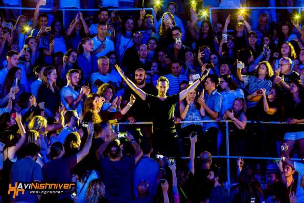 עברי לידר והקהל ביציעי קיסריה. צילום: אבי נישניבר