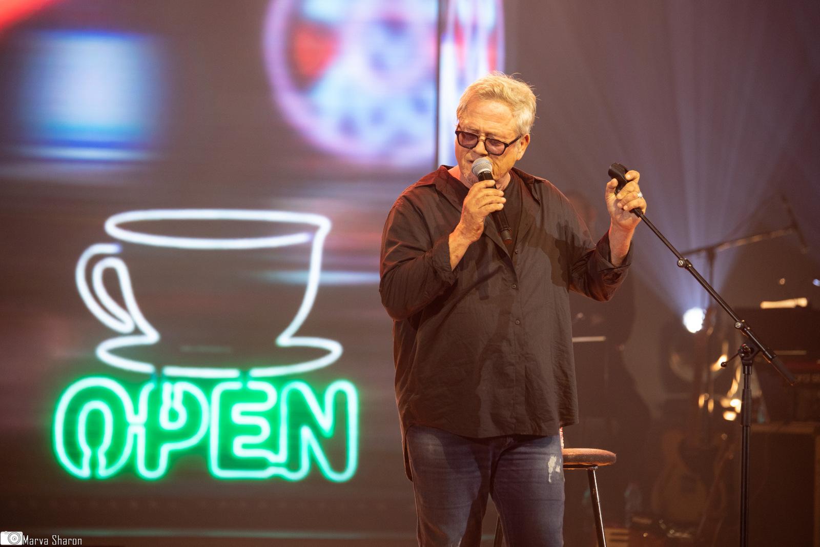 קפה אצל ברטה עם שלמה ארצי - במופע - אלף מנגינות קטנות - מחווה ליגאל בשן. צילום מרווה שרון