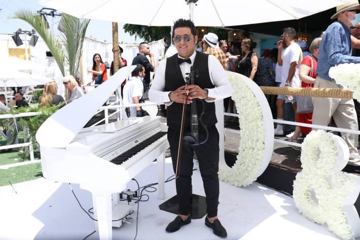 הכנר רוניוס, המנהל המוזיקלי של ההרכב בחתונה. צילום אור גפן