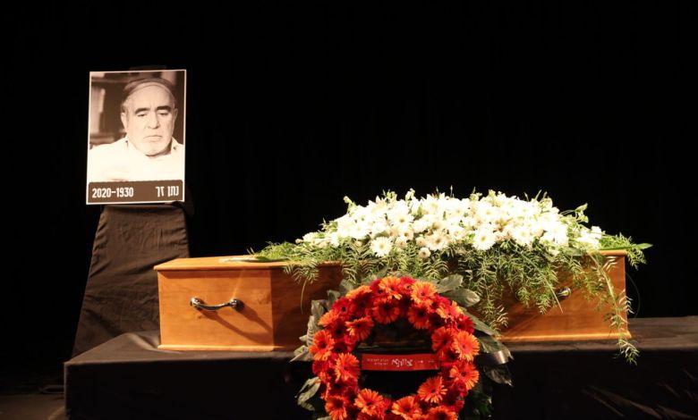 ארונו של המשורר נתן זך בתיאטרון צוותא. צילום מוטי קמחי