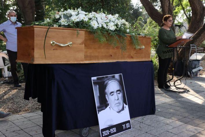 ארונו של המשורר נתן זך בטקס הלוויה. צילום מוטי קמחי