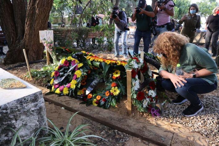 נורית גלרון על קברו הטרי של נתן זך. צילום מוטי קמחי