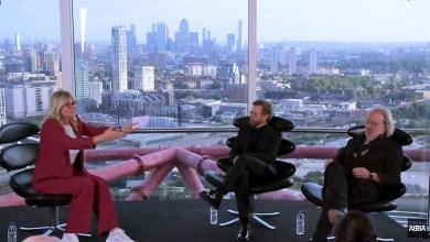 ביורן ובני באולפן. צילומסך מהשידור החי