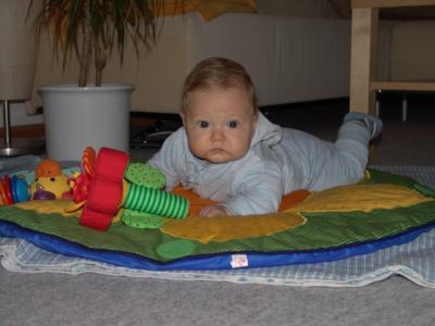Yves spielt auf seiner Spielwiese