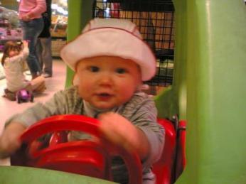 Ein kleiner Rennfahrer in Aktion
