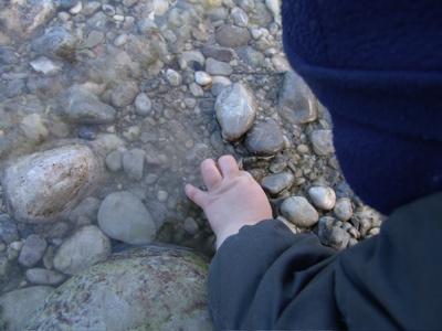 Natürlich erstmal alles untersuchen, zum Beispiel die Kieselchen im Wasser