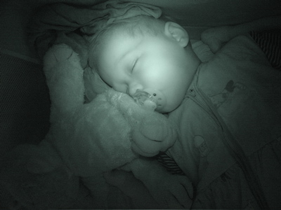 Total eingekrümelt im Bettchen