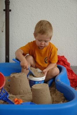 Erst den Sand in den Eimer füllen
