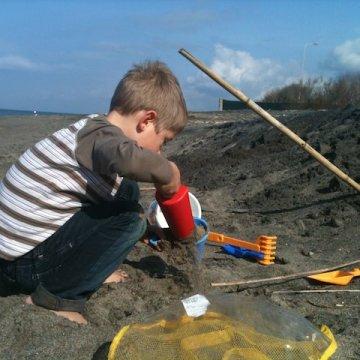 Yves gioca nella sabbia